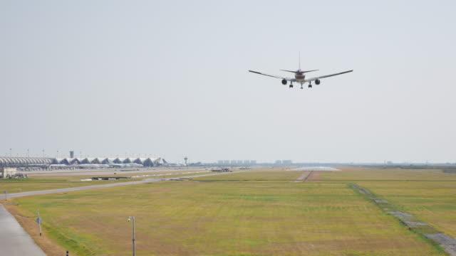 stockvideo's en b-roll-footage met bovenaanzicht vliegtuig landing - schiphol