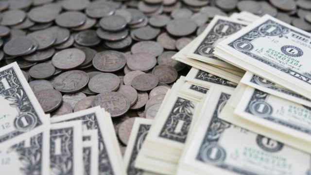 draufsicht auf eine menge von us-münzen - amerikanische geldmünze stock-videos und b-roll-filmmaterial