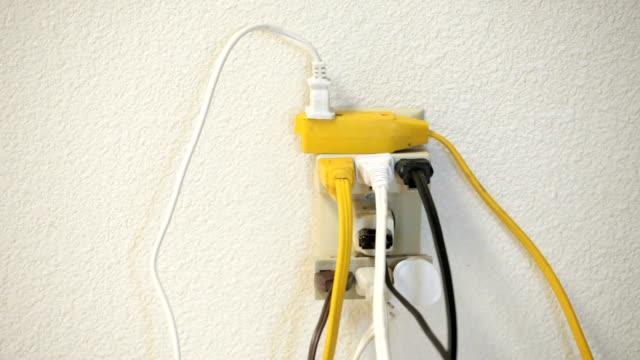 vidéos et rushes de surcharger prise électrique - vidéos de rallonge électrique