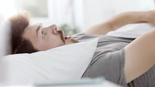 vídeos de stock e filmes b-roll de oversleep - important