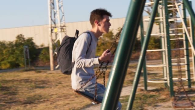 overthinking - solo un uomo giovane video stock e b–roll