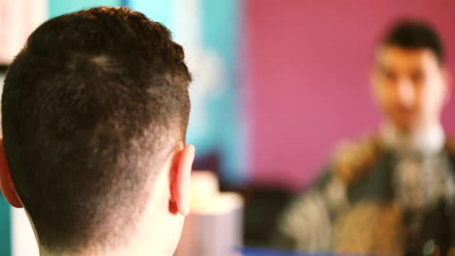 panoramica taglio di capelli uomo giovane - full hd format video stock e b–roll