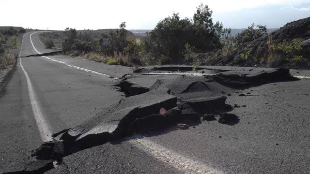 vidéos et rushes de vue d'ensemble du chemin récemment rompu par le tremblement de terre - endommagé