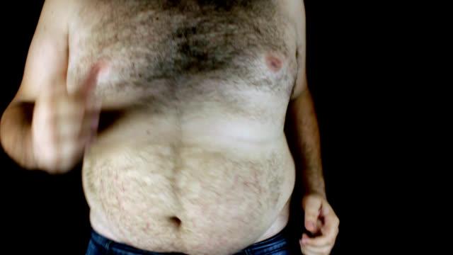 übergewichtige mann läuft - nackter oberkörper stock-videos und b-roll-filmmaterial
