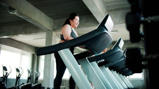 トレッドミル歩行運動の肥満女性 - 肥満点の映像素材/bロール