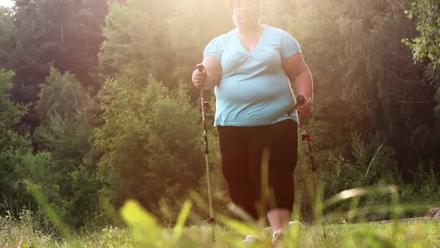 übergewichtige frau zu fuß auf waldweg. schlankheits- und aktiven lifestyle-thema. - kräftig gebaut stock-videos und b-roll-filmmaterial