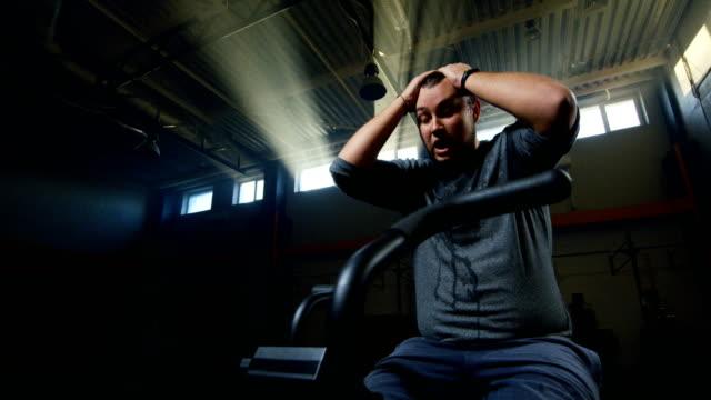 機械で運動している太りすぎの若い男 - 肥満点の映像素材/bロール