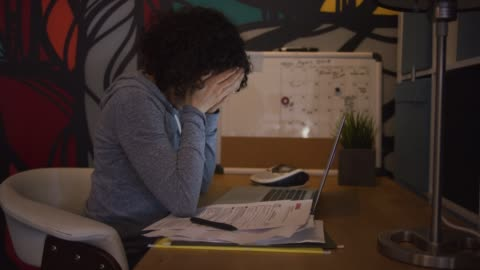 vídeos y material grabado en eventos de stock de abrumado con trabajo - estudiante