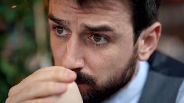 överarbetad och orolig ung affärsman - endast en man i 30 årsåldern bildbanksvideor och videomaterial från bakom kulisserna