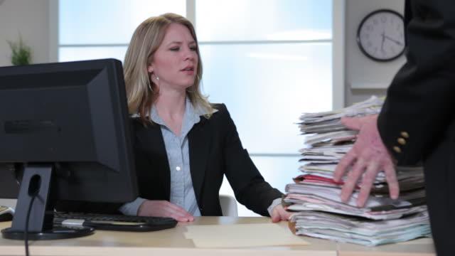 vidéos et rushes de femme d'affaires surmené au bureau - entassé