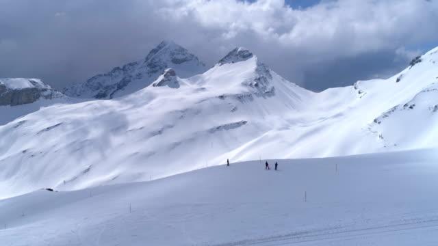 vídeos y material grabado en eventos de stock de ovronnaz vista superior vuelo viajando-aéreo 4k - alpes europeos