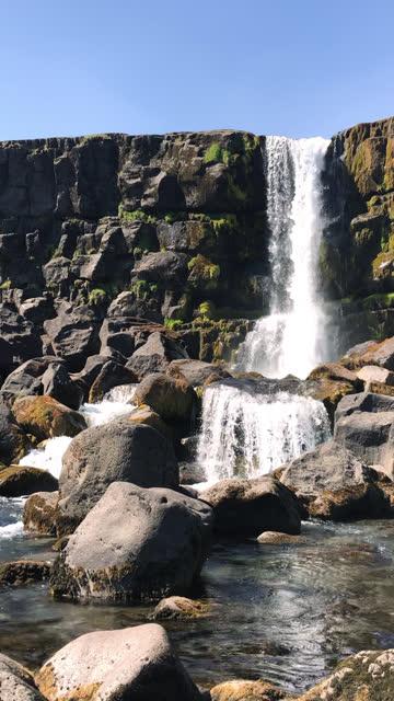 vidéos et rushes de cascade d'oxararfoss dans le parc national de thingvellir - prise avec un appareil mobile