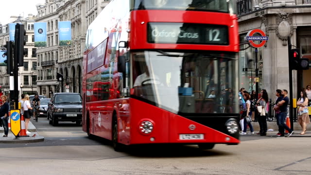 oxford circus in london mit bussen - bus stock-videos und b-roll-filmmaterial