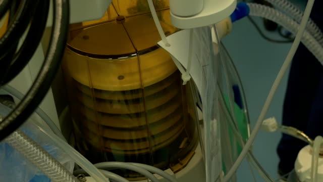 sauerstoff-versorgung im op-saal - atemübung stock-videos und b-roll-filmmaterial