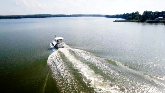 oyster boat sul fiume rappahannock vicino alla baia di chesapeake - baia video stock e b–roll