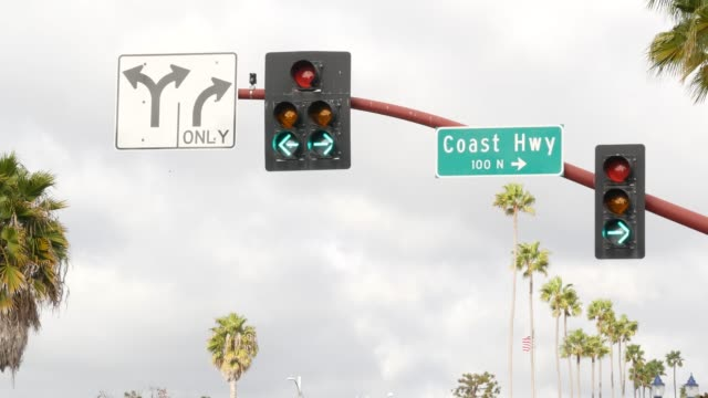vídeos de stock e filmes b-roll de pacific coast highway, historic route 101 road sign, tourist destination in california usa. lettering on intersection signpost. symbol of summertime travel along the ocean. all-american scenic hwy - estrada 001