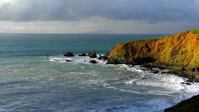 vídeos de stock e filmes b-roll de pacific coast - montanha costeira