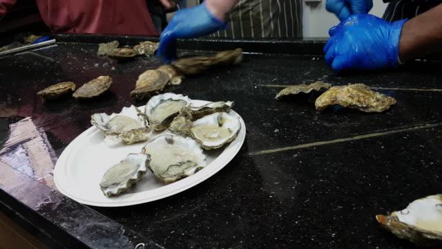 Pazifische Austern verkauft auf Lebensmittelmarkt – Video