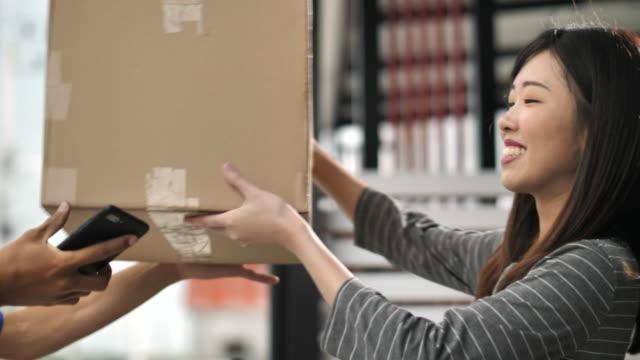 在家交付的包裹 - postal worker 個影片檔及 b 捲影像