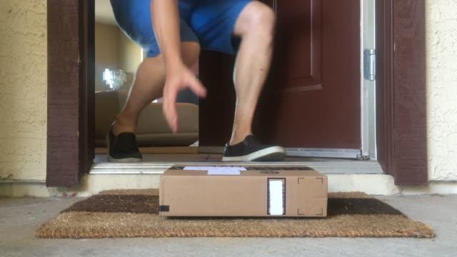 package delivered to doorstep, door opens - источник стоковые видео и кадры b-roll