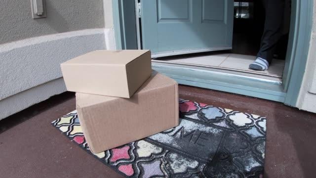 açılır ve adam alır mat dış kapı paketi - sahanlık stok videoları ve detay görüntü çekimi