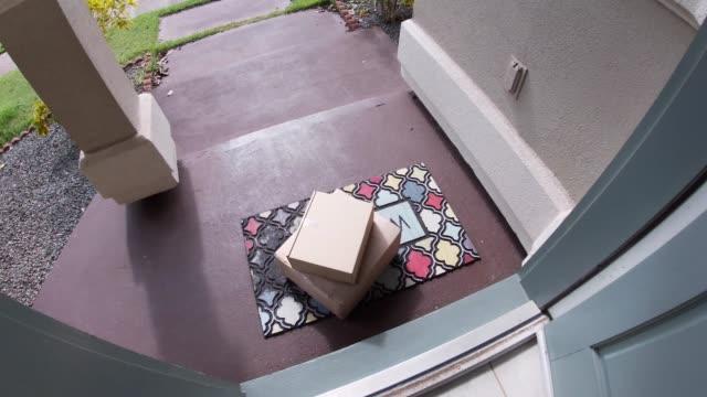 在馬特外門的包裝打開,人拿起 - postal worker 個影片檔及 b 捲影像
