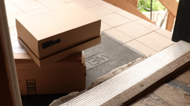 paket levereras till dörren till hemmet - ytterdörr bildbanksvideor och videomaterial från bakom kulisserna