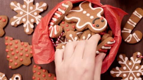 vídeos y material grabado en eventos de stock de galletas de jengibre hecha hogar tradicional de empaquetado como regalos de comida. - dulces