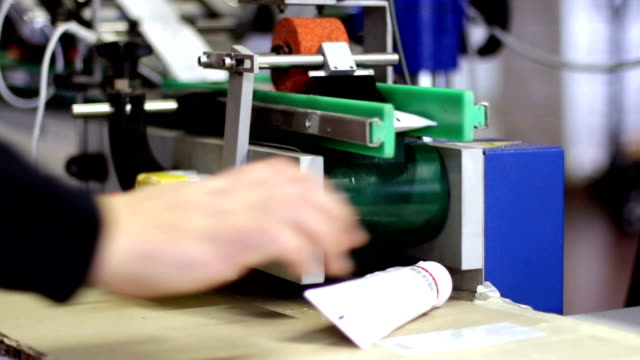 vídeos de stock, filmes e b-roll de embalagem, acondicionamento e boxe de tubos com creme - tag