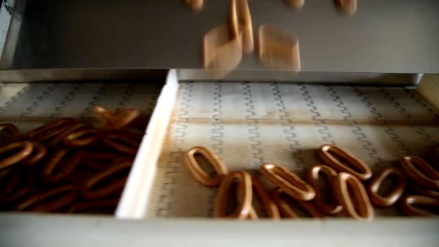 förpackning bageriprodukter i en låda - biltransporttrailer bildbanksvideor och videomaterial från bakom kulisserna