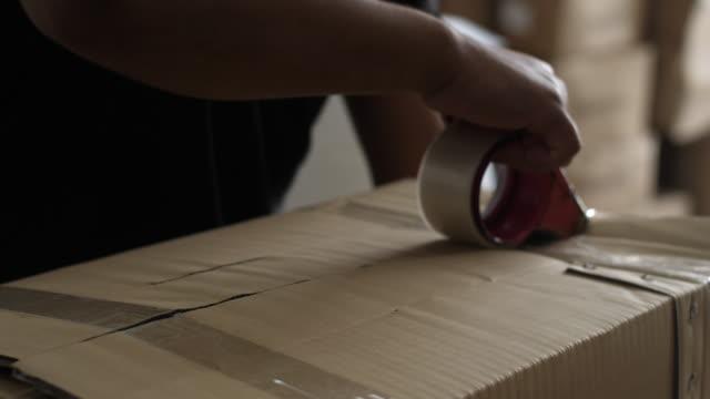 梱包カートンは配達の準備をする - 荷造り点の映像素材/bロール