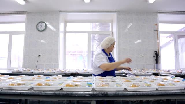 bir işçi bir yemek şirketi öğle yemeği kutu ambalaj - gıda ve i̇çecek sanayi stok videoları ve detay görüntü çekimi