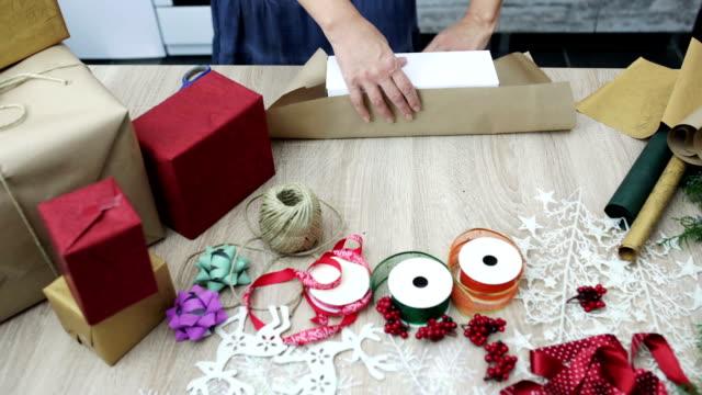 vídeos de stock, filmes e b-roll de embalagem de presentes de ano novo - enfeitado