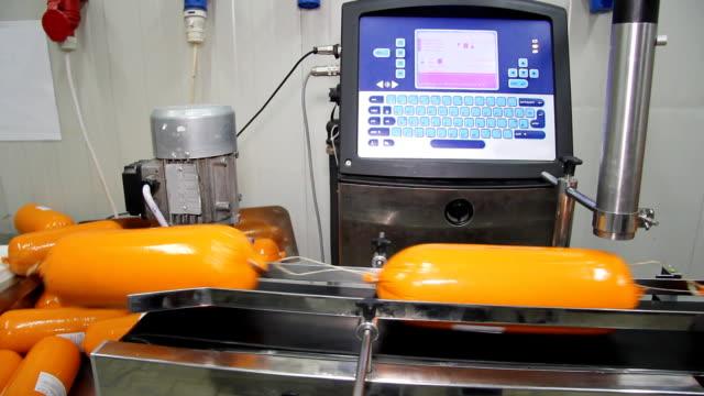 imballaggio del salame dell'industria della carne - mortadella video stock e b–roll