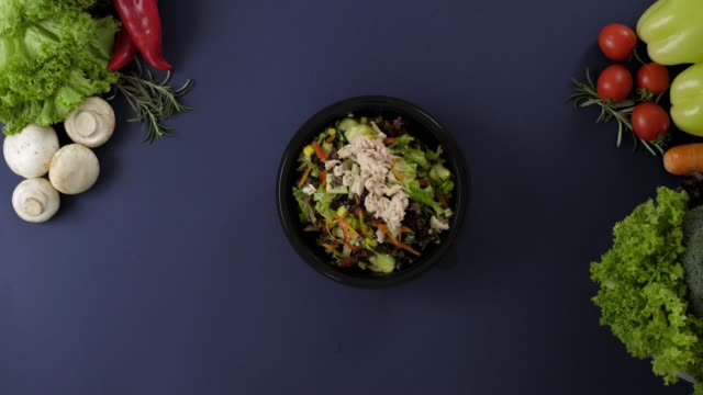 Packing takeaway food in black plastic box. Fresh delivery pack meal with tuna salad Packing takeaway food in black plastic box. Fresh delivery pack meal with tuna salad container stock videos & royalty-free footage