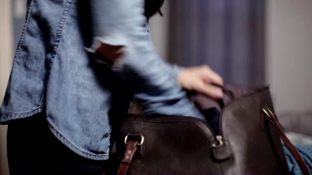 vídeos de stock e filmes b-roll de empacotar de segurança - important