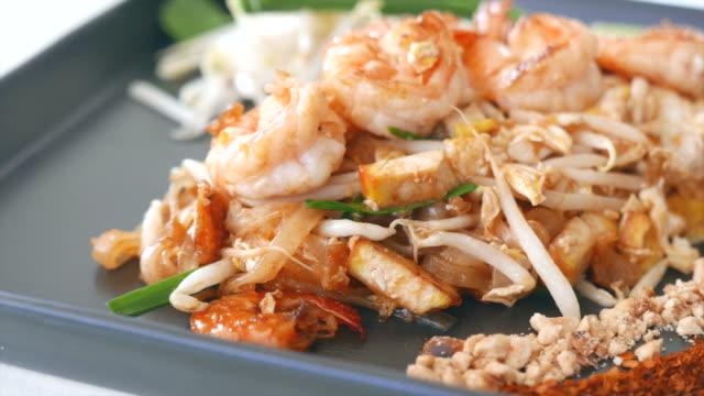 hd, pad thai-smażony makaron tajska kuchnia styl - tajska kuchnia filmów i materiałów b-roll