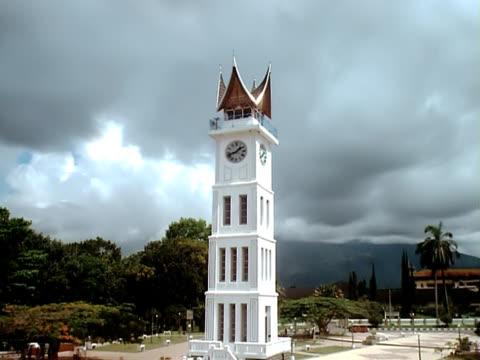 vídeos de stock e filmes b-roll de padang indonésia clocktower timelapse - climate clock