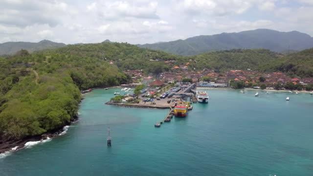 vidéos et rushes de le port de padangbai et village - indonésie