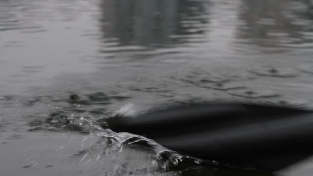 stockvideo's en b-roll-footage met peddel komt in het water - paddle