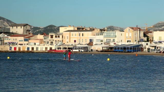 stockvideo's en b-roll-footage met peddelen in marseille op het strand van de pointe-rouge - paddle