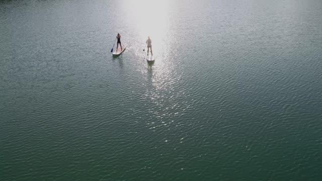 stockvideo's en b-roll-footage met paddleboarding - paddle