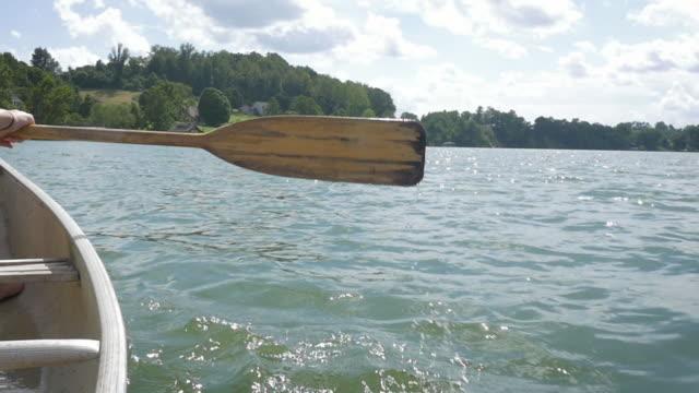 kanu paddeln, an einem bergsee in zeitlupe - ferienlager stock-videos und b-roll-filmmaterial