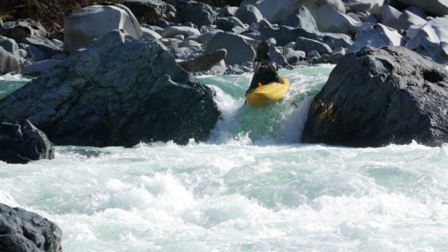 ターコイズ川急速な玉石でカヤックを漕ぐ ビデオ