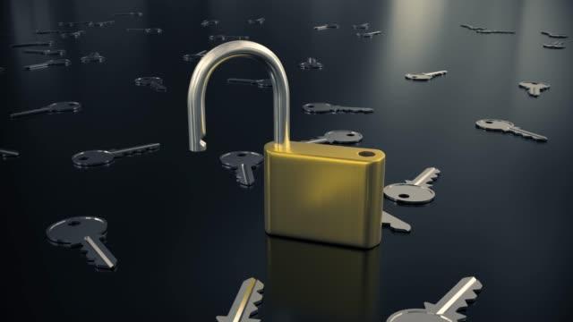 南京錠を閉じてロックを解除ロック キー セキュリティ安全保護ハック パスワード 4 k - なりすまし犯罪点の映像素材/bロール