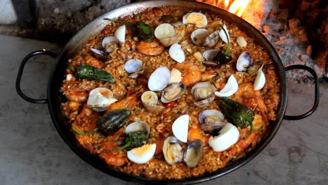 vídeos y material grabado en eventos de stock de paella casera -paella cocinada - comida española
