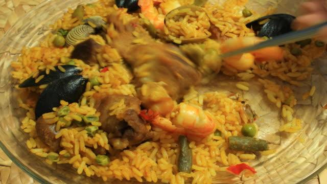 vídeos y material grabado en eventos de stock de paella plato comido time lapse (hd - comida española
