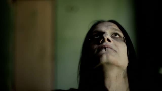 stockvideo's en b-roll-footage met heidense gebeden en bloedvergieten op zijn hoofd. slow motion - vetschmink