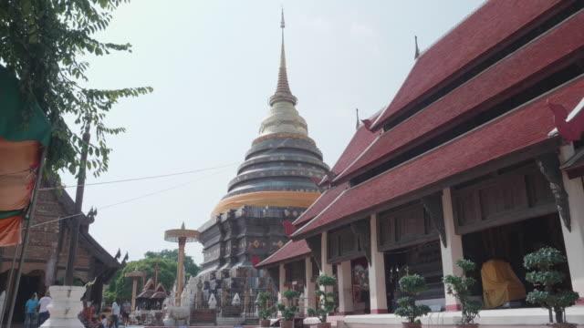 pagode und kirche in wat prathat lampang luang,lampang provinz thailand - kambodschanische kultur stock-videos und b-roll-filmmaterial