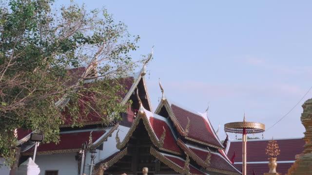wat phra pagoda that jomthong, kuzey tayland - stupa stok videoları ve detay görüntü çekimi